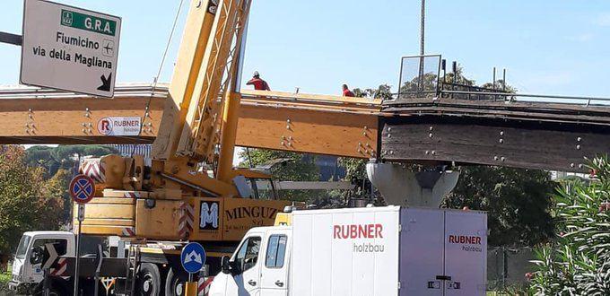 test Twitter Media - Laurentina, ripristinato il ponte ciclopedonale.  La parte mancante, colpita da un camion un anno fa, è stata montata ieri. Riapertura alle biciclette entro pochi giorni (foto Francis Rojo) #Roma #fotodelgiorno https://t.co/6knE6XHani