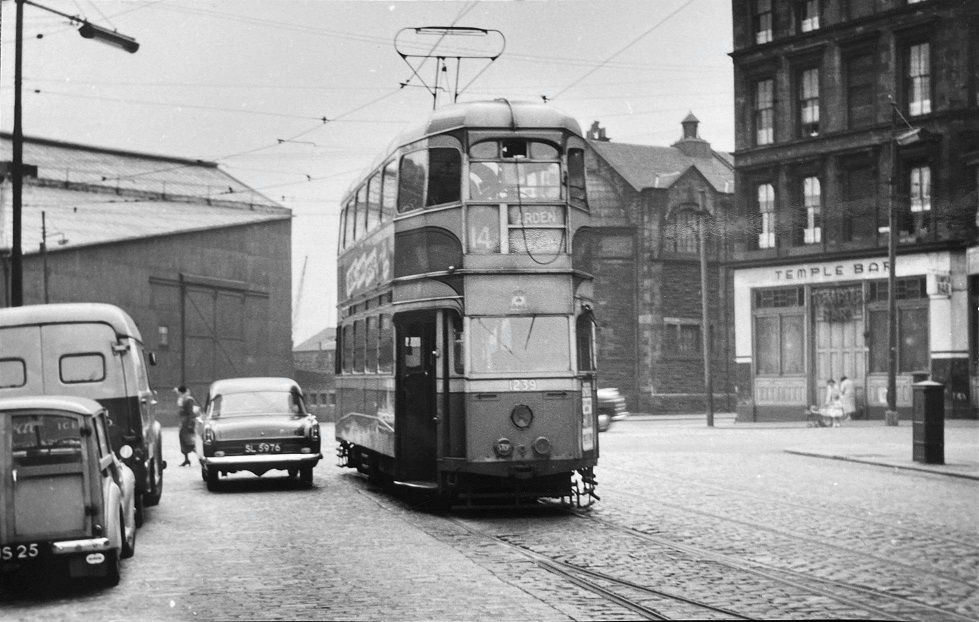 #Shoap - The Temple Bar, later Chequers and Murphy's Pakora Bar, #Glasgow, late 1950s. The camera is looking along Radnor Street across Argyle Street towards Haugh Street.  Pic - Henderson Farquar-Smythe.