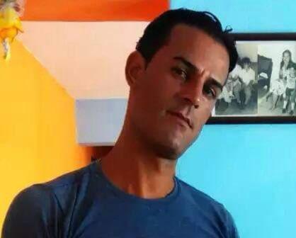 10 años de cárcel es la sentencia para Roberto por manifestarse el #11J en Cuba. Lo procesaron por desorden público, desacato y atentado pero Roberto no tiró ni una piedra ,ni lastimó a nadie; lo que sí hizo fue romper un cuadro de Fidel en la vía pública, y hoy le quitan 10 años