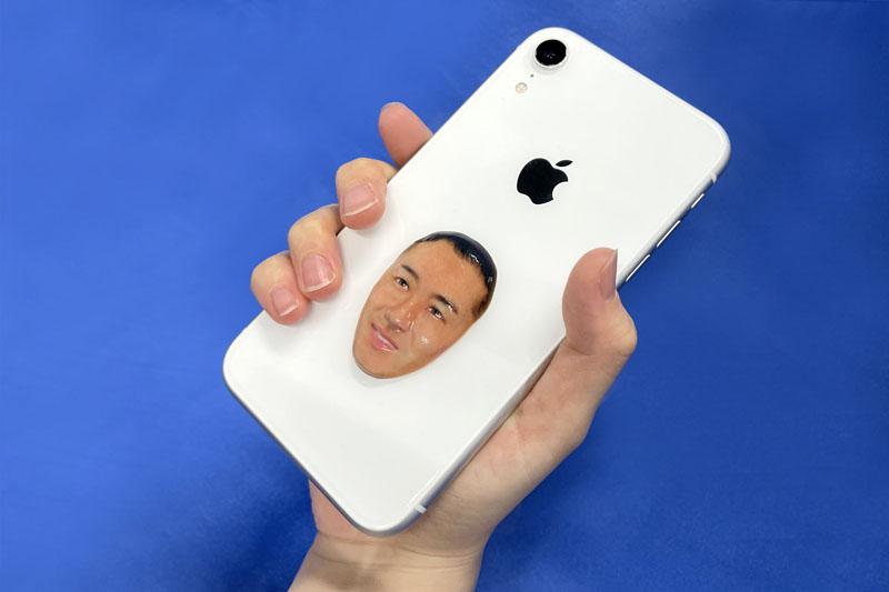 iPhoneと融合してる……斎藤佑樹引退記念グッズに「リアルすぎる顔面立体ステッカー」登場 強烈なビジュアルが「よく本人OKしたな」と話題