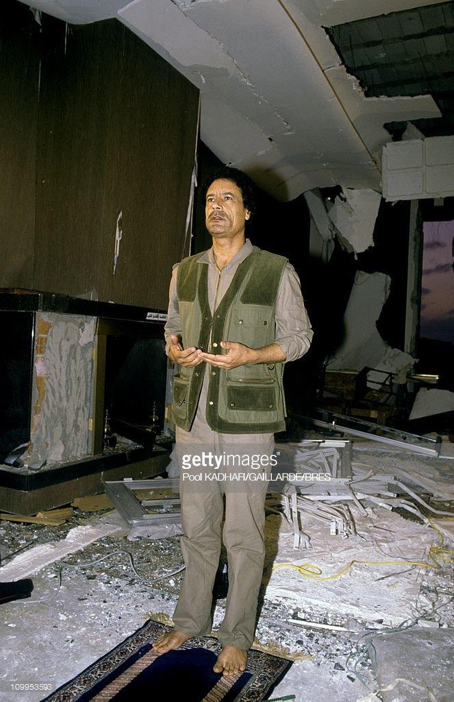 Tarihte Bugün | Libya lideri Muammer Kaddafi, İç Savaş sırasında isyancılar tarafından linç edilerek öldürüldü. Kaddafi 42 yıl boyunca Libya'yı yönetmişti (2011).  📸: Kaddafi, ABD'nin hava saldırısı düzenlediği Bab el-Aziziye Sarayı'nda namaz kıldıktan sonra dua ediyor (1986).