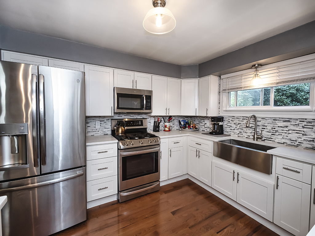 Make a Move to 622 4th Street! Fully Equipped Kitchen with Stylish White Cabinets, Stainless Steel Appliances, Farm Sink, Quartz Counters & Glass Tile Back Splash. Call me to Tour!  lorihummel.howardhanna.com/Property/Detai… #Oakmont #InTheKitchen #HowardHanna #RealEstate #PittsburghRealtor #Tour