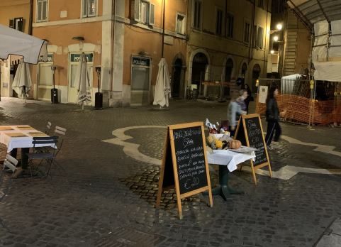 test Twitter Media - Trabiccoli indecorosi tollerati ovunque.  Allestimenti cialtroni ed invadenti tollerati un po' ovunque nel centro di Roma, qui presso il Ghetto. Possibile sia così difficile evitare questi piccoli malcostumi? #Roma #fotodelgiorno https://t.co/wj385EuQYS