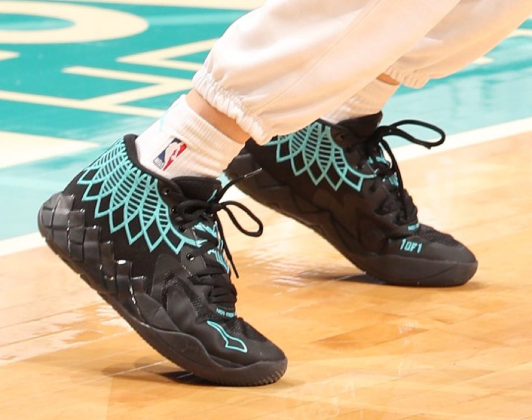 RT @overtime: LaMelo bringing out his new PUMA MB.01 in the Hornets season debut 👀  (h/t @NickDePaula) https://t.co/DvyxMaaqlB