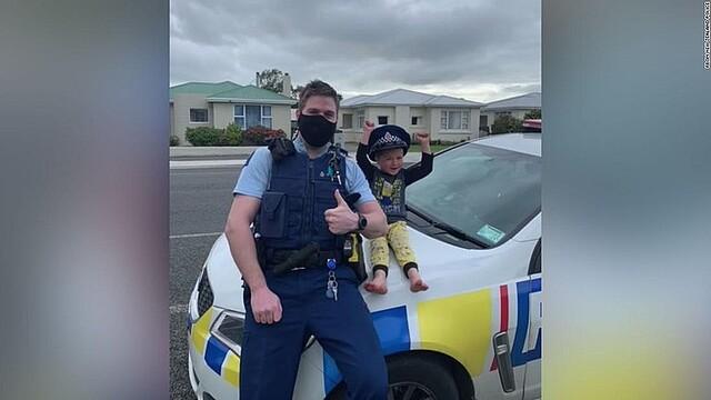 【和む】「おもちゃ見に来て」4歳児の緊急通報にNZ警察が対応警察は「子どもがおもちゃを見せるために111番(緊急通報)に電話することは奨励しませんが、あまりに可愛かったので共有せずにはいられませんでした」と明かした。