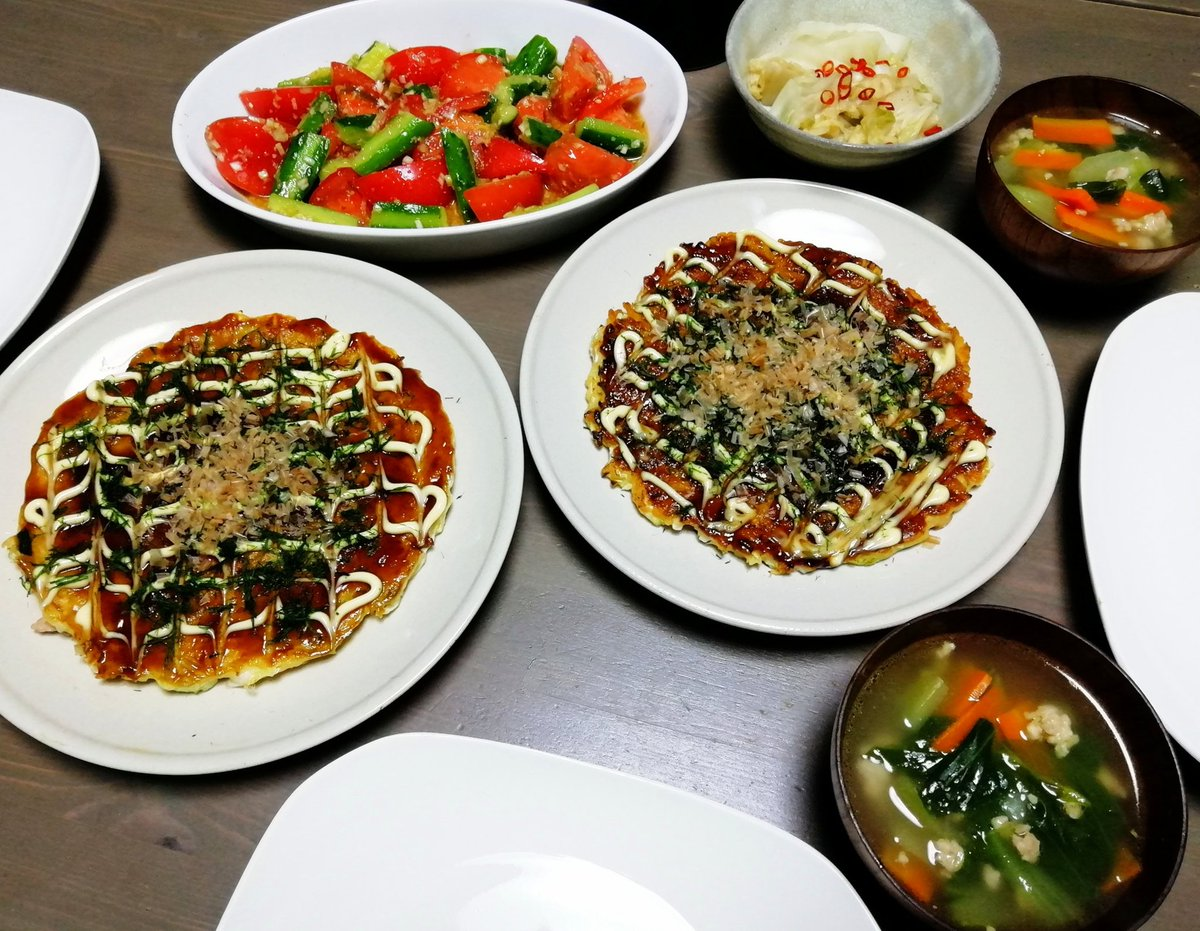 お好み焼き(豚玉)、トマトと胡瓜のサラダ、鶏挽肉入り野菜スープ豚玉はこちらのレシピで作っております。豚バラをかりっかりーになるまで焼くのがポイントです🤤✨✨#Twitter家庭料理部