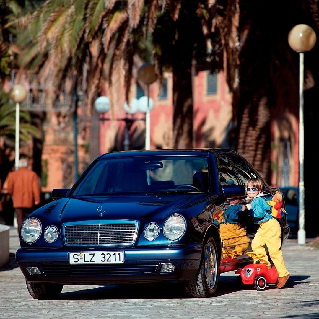 Hafızalarda hep renkli anılar… Mercedes-Benz W210 E-Serisi ile sizin de renkli bir anınız var mı?   #Koluman #MercedesBenz #tbt #throwbackthursday #mercedesbenzclassic #MBClassic #W210