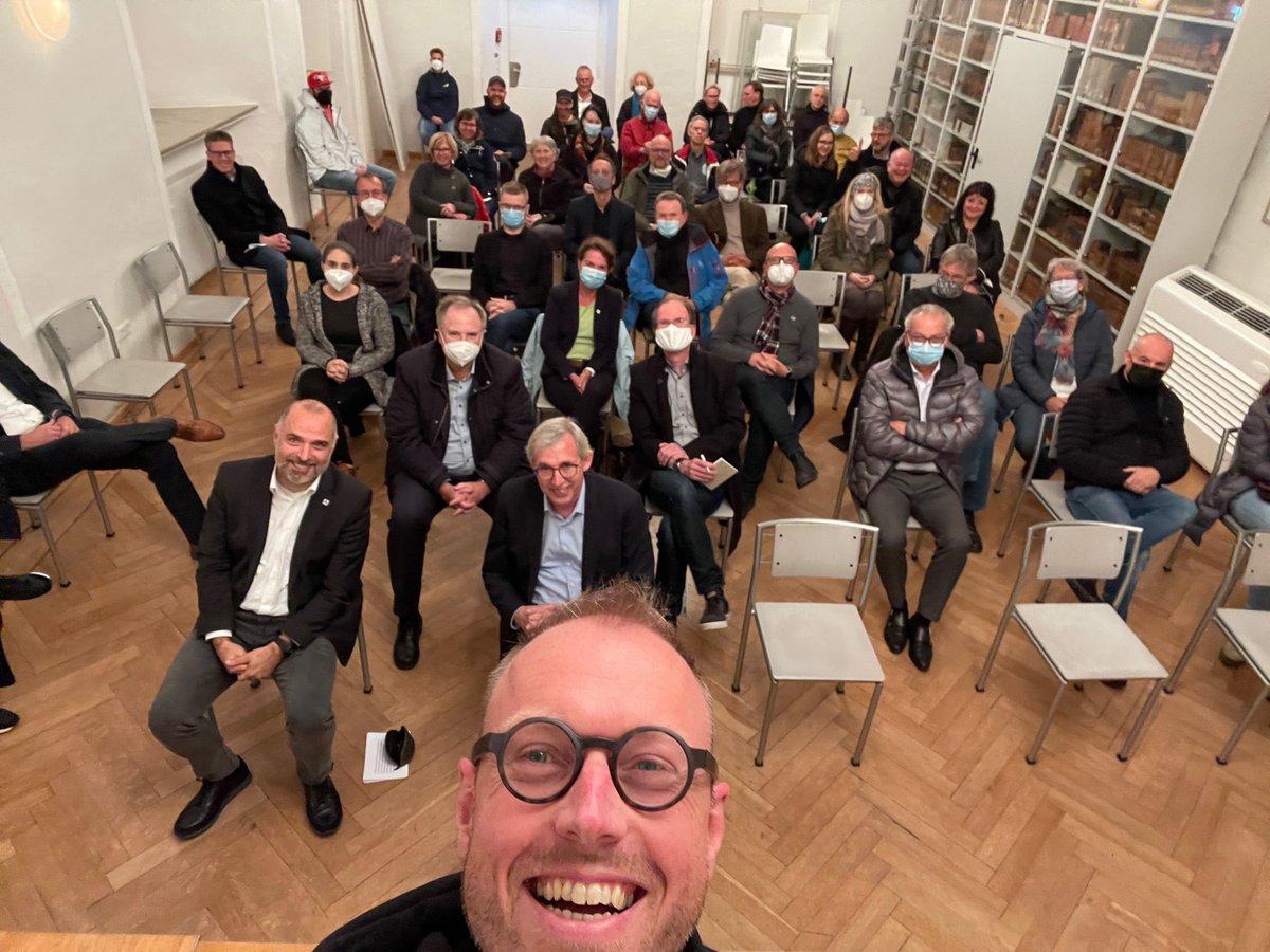 """#DARK ist Eröffnet! 🙌 an alle #Künstler und Unterstützer – toller Abend mit den Sponsoren und vielen Gästen. Dank an BM <a class=\""""link-mention\"""" href=\""""http://twitter.com/RalfPaulBittner\"""" target=\""""_blank\"""">@RalfPaulBittner</a> und PStS Klaus Kaiser <a class=\""""link-mention\"""" href=\""""http://twitter.com/MKW_NRW.\"""" target=\""""_blank\"""">@MKW_NRW.</a> Leider nicht im Bild: Hans-Josef Vogel <a class=\""""link-mention\"""" href=\""""http://twitter.com/rpArnsberg\"""" target=\""""_blank\"""">@rpArnsberg</a>: Ich hoffe, wir treffen uns beim #festival <a href=\""""https://t.co/OhRxafZkcl\"""" class=\""""link-tweet\"""" target=\""""_blank\"""">https://t.co/OhRxafZkcl</a>"""