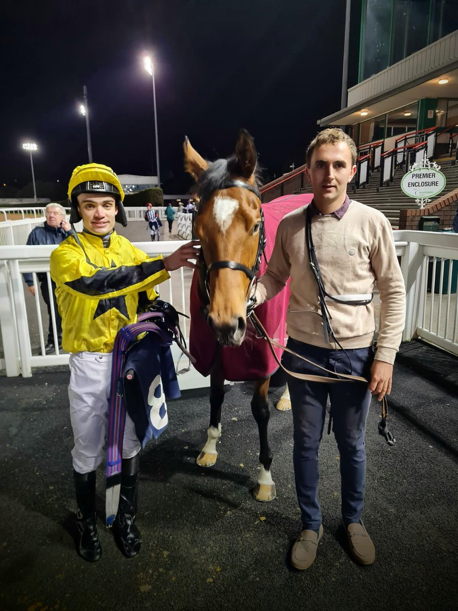 PB 👌! PURPLE BLING storms to her debut success at Downtown Dunstall 💥!! Many congratulations to @sbmalqassimi, the excellent @MurtaghConor and winning groom Dylan Conboy 🟡⚫⭐  @WolvesRaces   #winner  #bling  #underthelights
