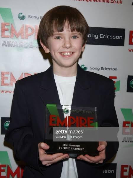 """#TBT de hoje é de 2005 quando Freddie ganhou o prêmio Empire Awards pelo filme """"Finding Neverland"""" (Em busca da Terra do Nunca). Muito fofo, né? 😍😍😍 _______________ #freddiehighmore #awards #empireawards #throwbackthursday #throwback"""