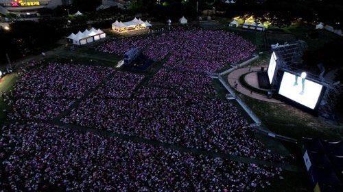 Pandemiden önce Muster zamanı yine bilet alamayan ARMY'ler için konser alanının dışında böyle bir etkinlik düzenlenmişti. Yaklaşık 15K ARMY konseri bu şekilde canlı olarak dışardaki dev ekranlardan izlemişlerdi. Şimdide LA'de bu tarz bir etkinlik yapılacak 💜