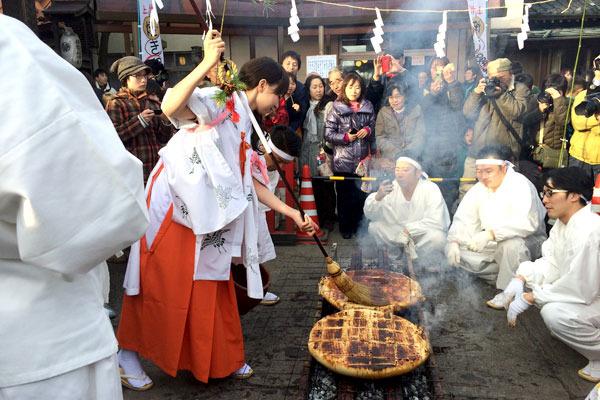 くさくさした日々、でかいまんじゅう焼くまつりの写真でも見て元気だしましょうや!群馬、伊勢崎神社の上州焼饅祭の様子です!