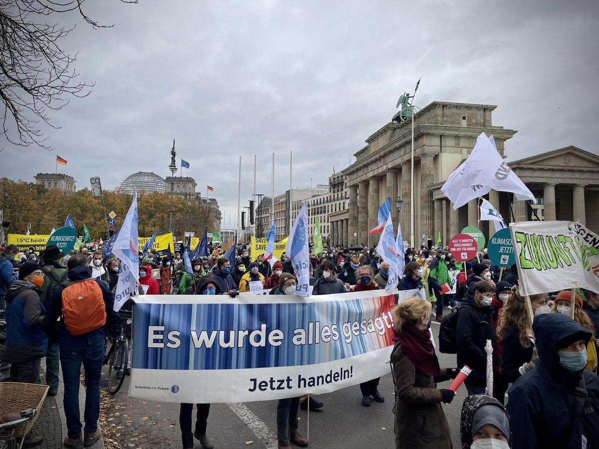RT @rahmstorf: Auch die @sciforfuture sind heute wieder in Berlin dabei beim #Klimastreik!  #IhrLasstUnsKeineWahl https://t.co/87gXM7GAp4