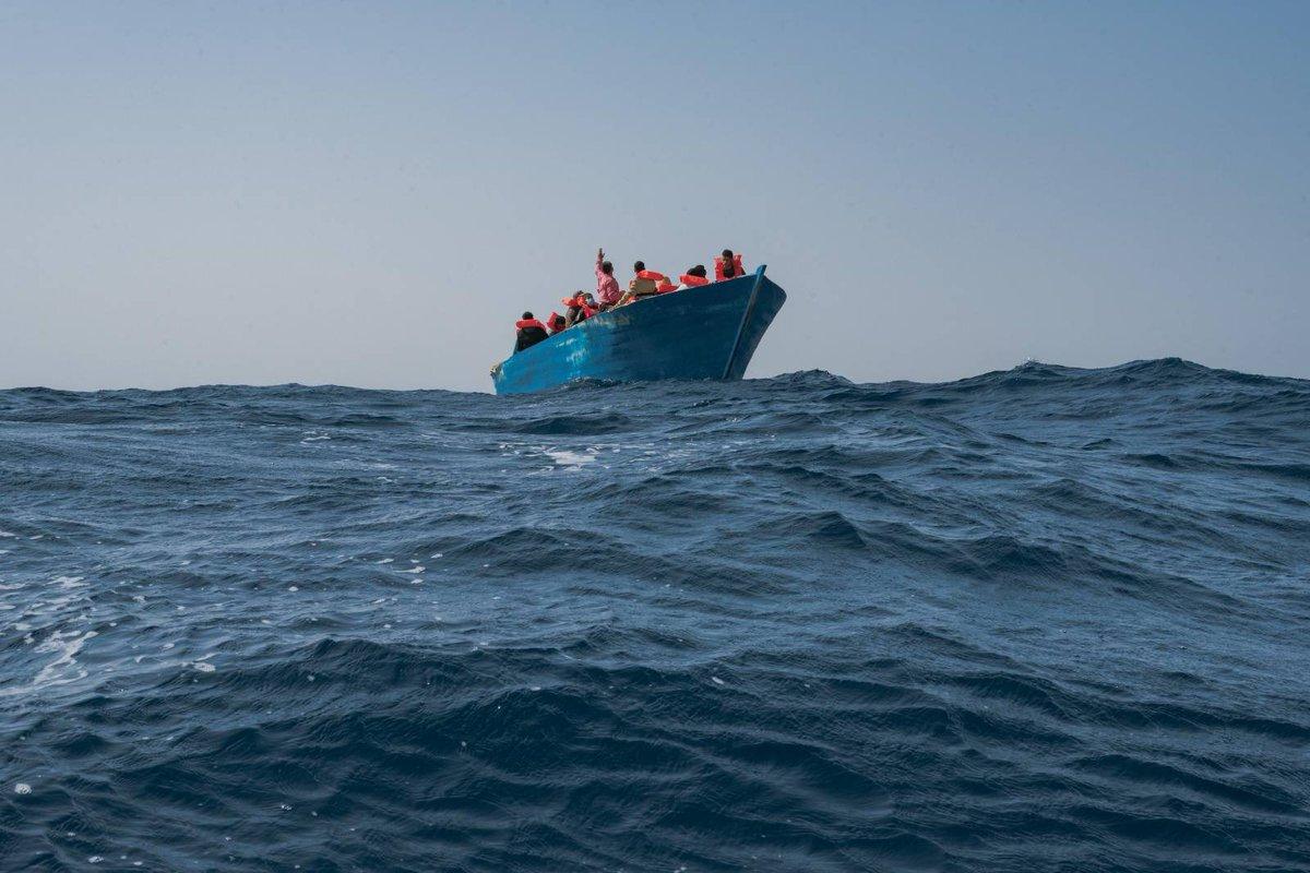 #Geobarents ha salvato 36 persone da una barca di legno in acque internazionali. 25 uomini e 11 donne, tra cui anche 15 bambini sotto i 15 anni, sono adesso al sicuro dopo essere stati alla deriva in mare per ore.  Foto ©Filippo Taddei/MSF
