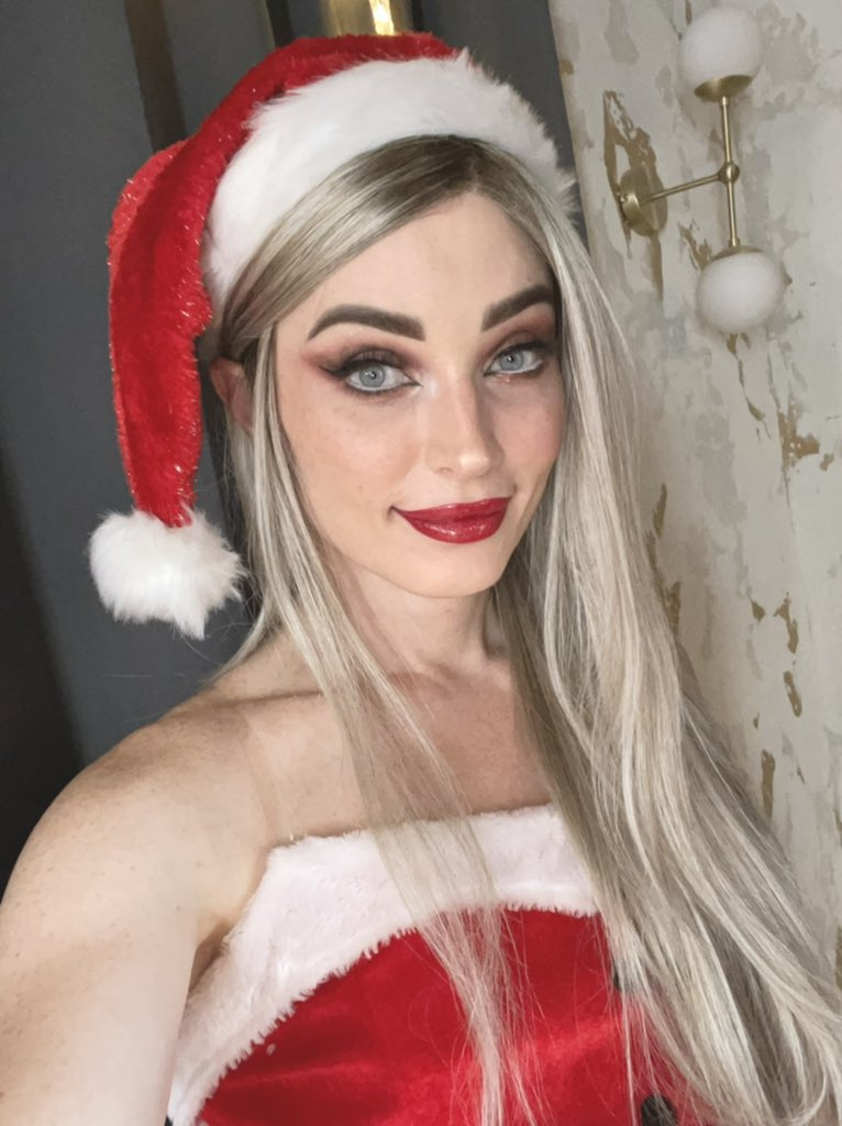 A bit early for Christmas, I know, but this was my look for a Christmas scene I shot yesterday and I don't wanna wait 2 months to post it. 🎄