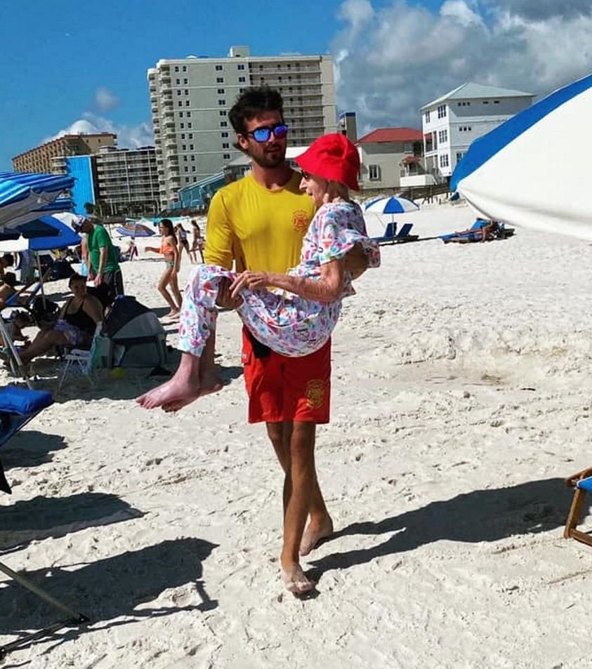 Every day for a week, the wonderful lifeguards in Orange Beach, Alabama, carried 95-year-old Dottie from her family's condo down to her beach chair so she could feel the sand between her toes. At the end of the day, they would carry her back home.💕👇 📸: Orange Beach Surf Rescue