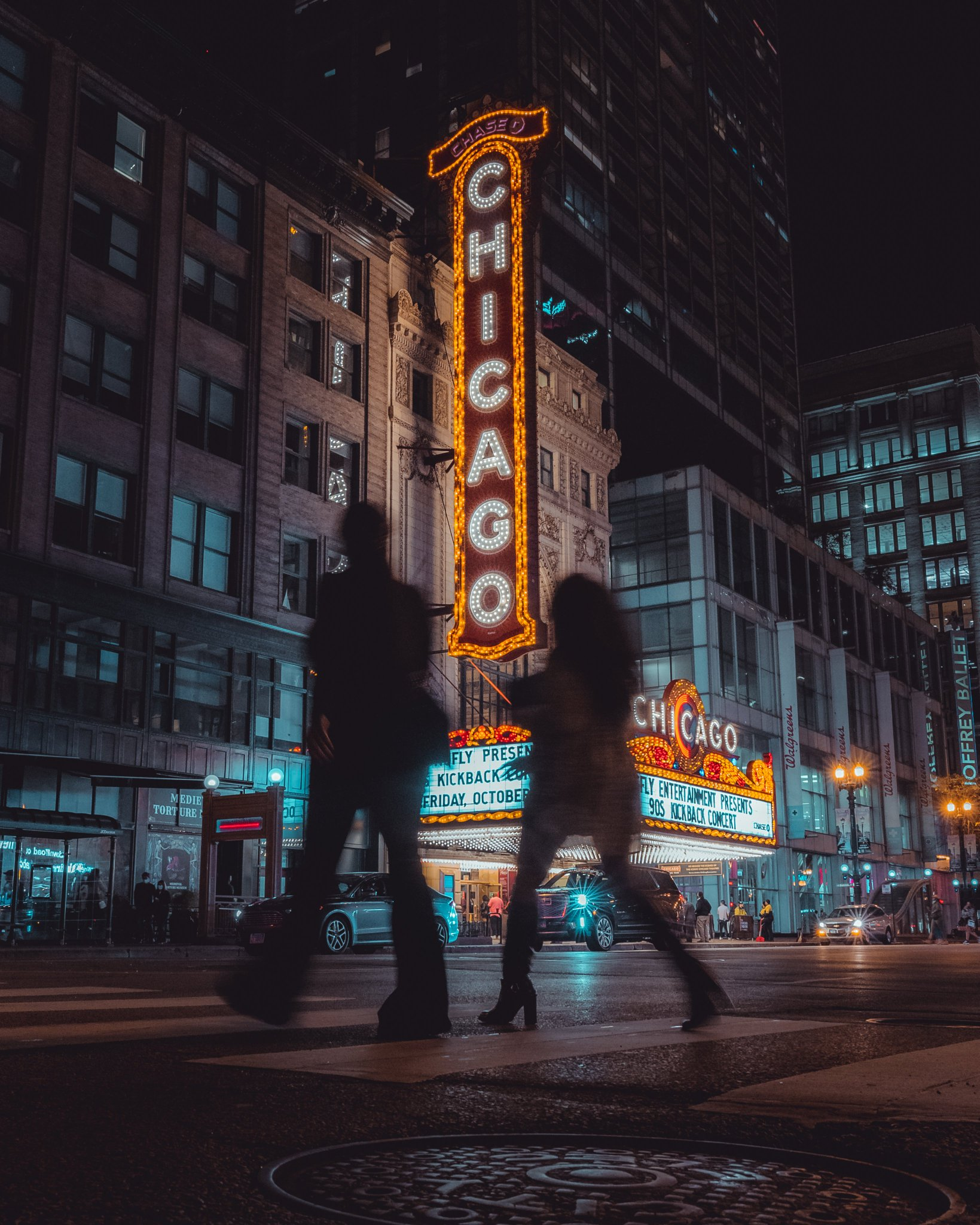 Crossing over (into the weekend)  #chicagotheatre #chicago #streetphotography https://t.co/z6O1KuzMH2