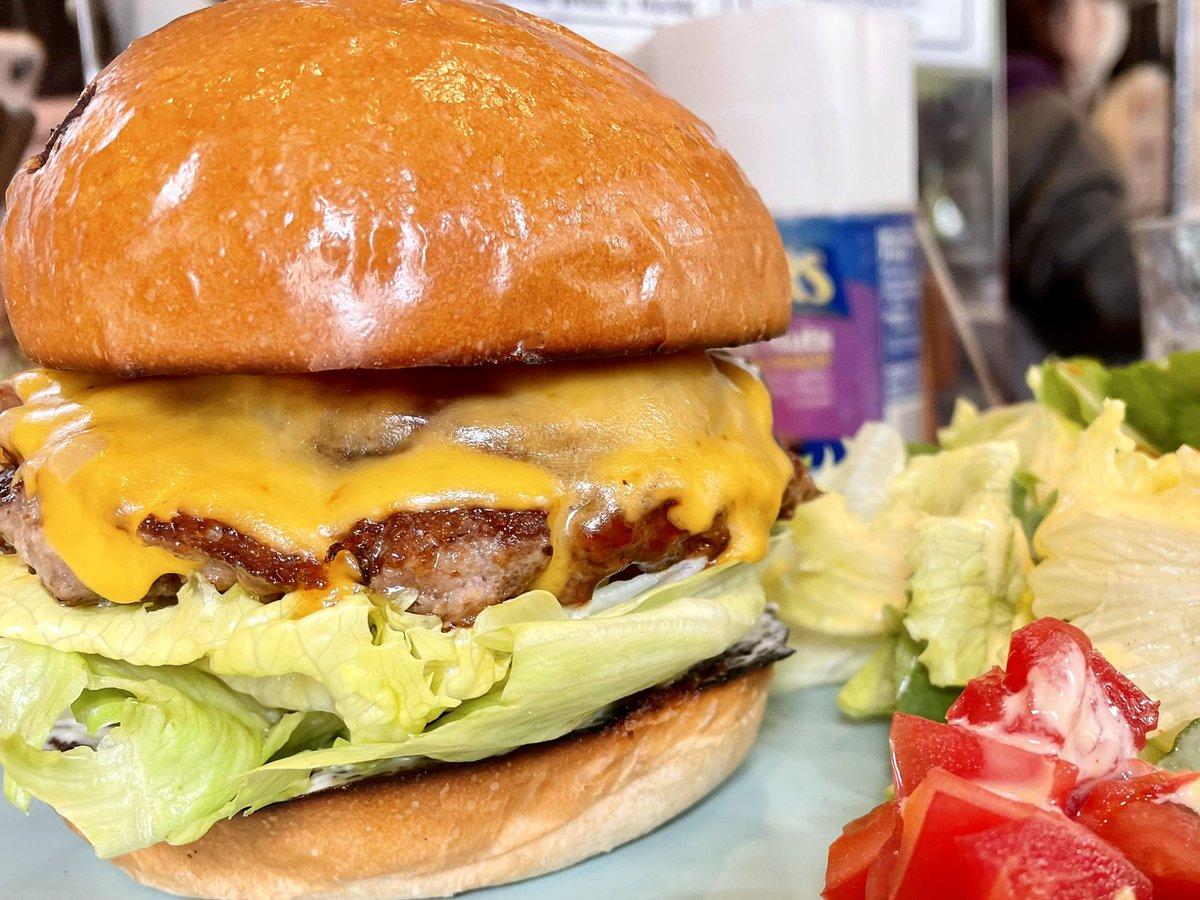 ちゃんくにさんに教えてもらってからどハマりしているリスコのハンバーガー。洪水注意の肉汁に、バンズの焼き加減もいい!チーズの絡み具合も抜群。今日も食べたいw