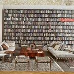 Image for the Tweet beginning: お気に入りの家具屋さんのひとつのDM。圧倒的な本の数にまず目が奪われました😆天井高っ、日本じゃ無理ゲーと一瞬思ってしまったが、夢は広がる❤️
