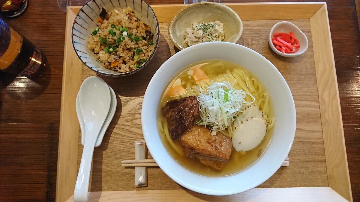 沖縄そば専門 麺そーれで沖縄そばミックス(三枚肉+ソーキ)に名物セットの特製ジューシーと日替わり小鉢。ジューシーのお代わりし放題はやばい。