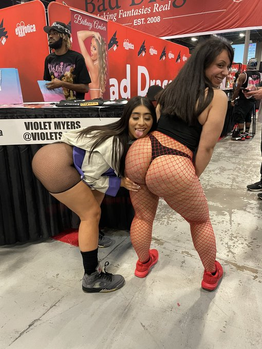 2 pic. I met @violetsaucy she's so nice wtf 😭 looking forward to seeing you again @EXXXOTICA https://t