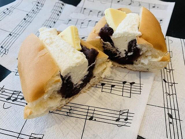 【おいしそう】「マリトッツォ超え」ローソンの「おやつコッペ あんバター生クリーム」に反響生クリームのやわらかい甘さと餡のつぶ感が残る食感。ローソンによると「大きすぎないちょうどいいサイズ」を意識した絶妙な大きさとのこと。