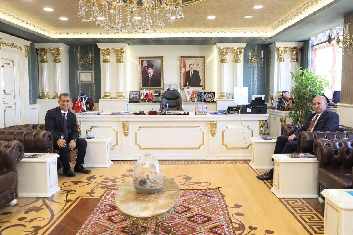 Bu makam odası Dubai şeyhine ait sanabilirsiniz ama değil.  30 bin nüfuslu AKP'li #Ankara Balâ'nın belediye başkanı Ahmet Buran'ın makam odası.