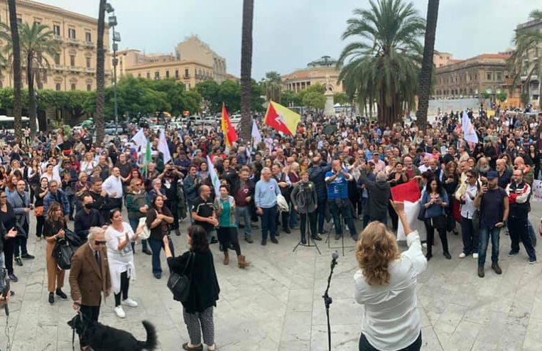 """#notizie #sicilia """"Trieste chiama, Palermo risponde"""", sciopero No Green Pass a piazza Castelnuovo (VIDEO) - https://t.co/wsEFl3f0tA"""