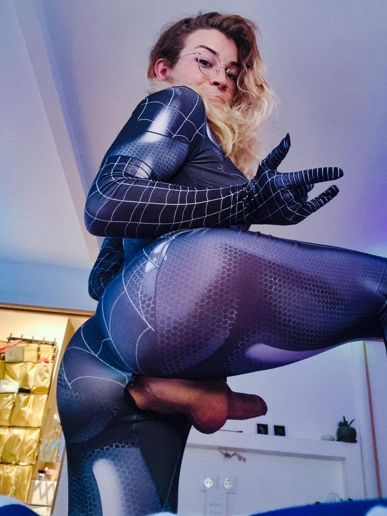 The spidy spider gonna make her Web with her juicy cock 🕷️🕸️💦 ⚠️More on my OF ⚠️ onlyfans.com/emma-without-r… #ZentaiDreamer #zentai #SpiderMan