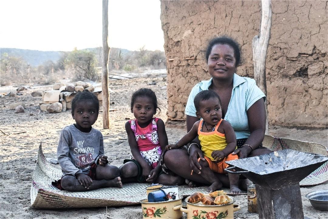 Im Süden von #Madagaskar herrscht die schlimmste Dürre seit 40 Jahren: eine Hungersnot droht.  #UN warnt, dass bald eine halbe Million Kinder unter fünf Jahren von akuter Unterernährung bedroht sein werden. Unsere Nothilfe-Teams vor Ort unterstützen Familien u.a. mit Nahrung. https://t.co/mqCHfGn6rV
