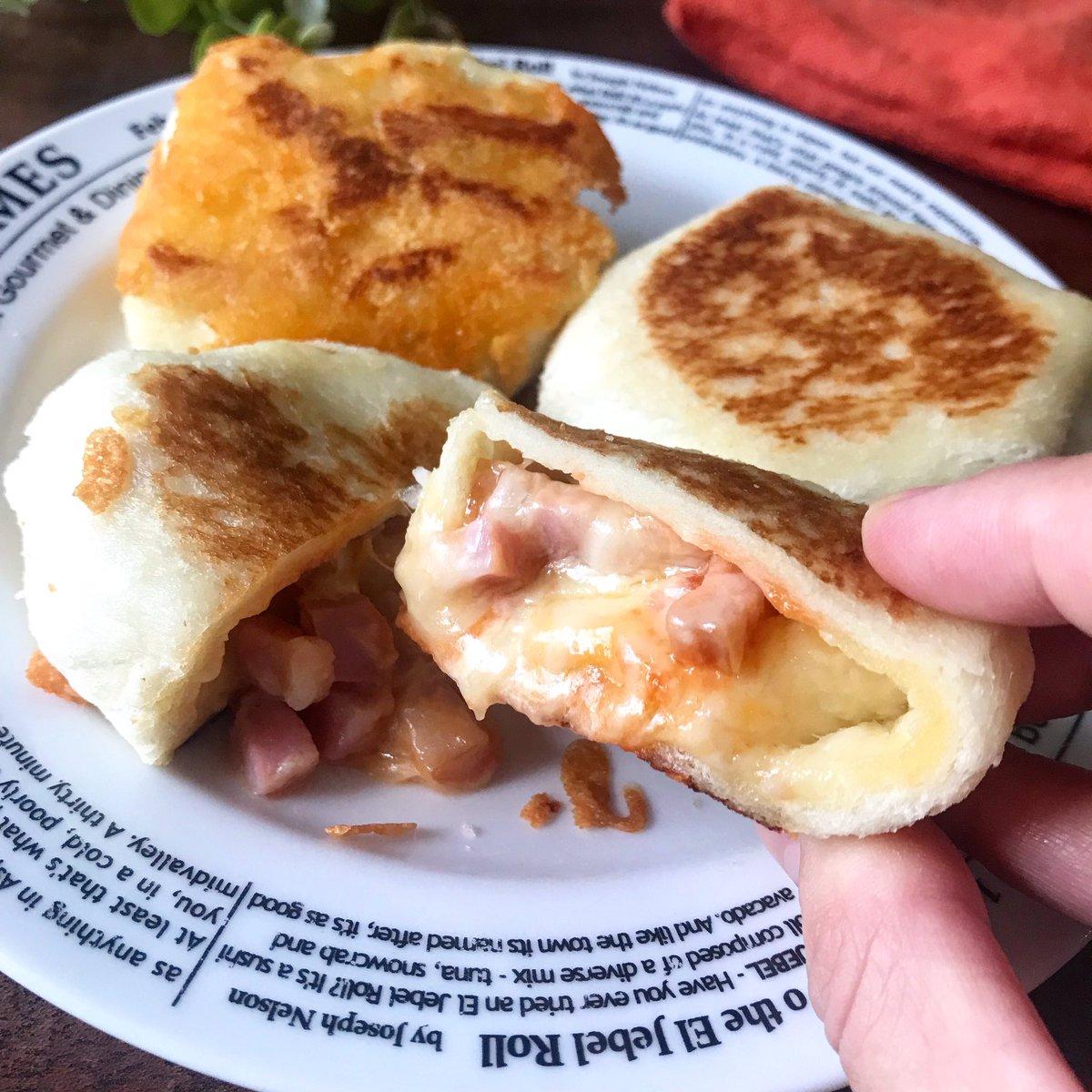 めっちゃお勧め!(娘2人絶賛)固くなったりパサついた食パン救出に  【食パンで‼️焼きピザまん】  パンに水をかけて潰し、具を包んで焼くだけ。とじ目をチーズの上に乗せて焼くことで溶けて蓋になり崩れない!  ※この投稿1RTにつき120円の寄付になります! #食品ロスWFP2021