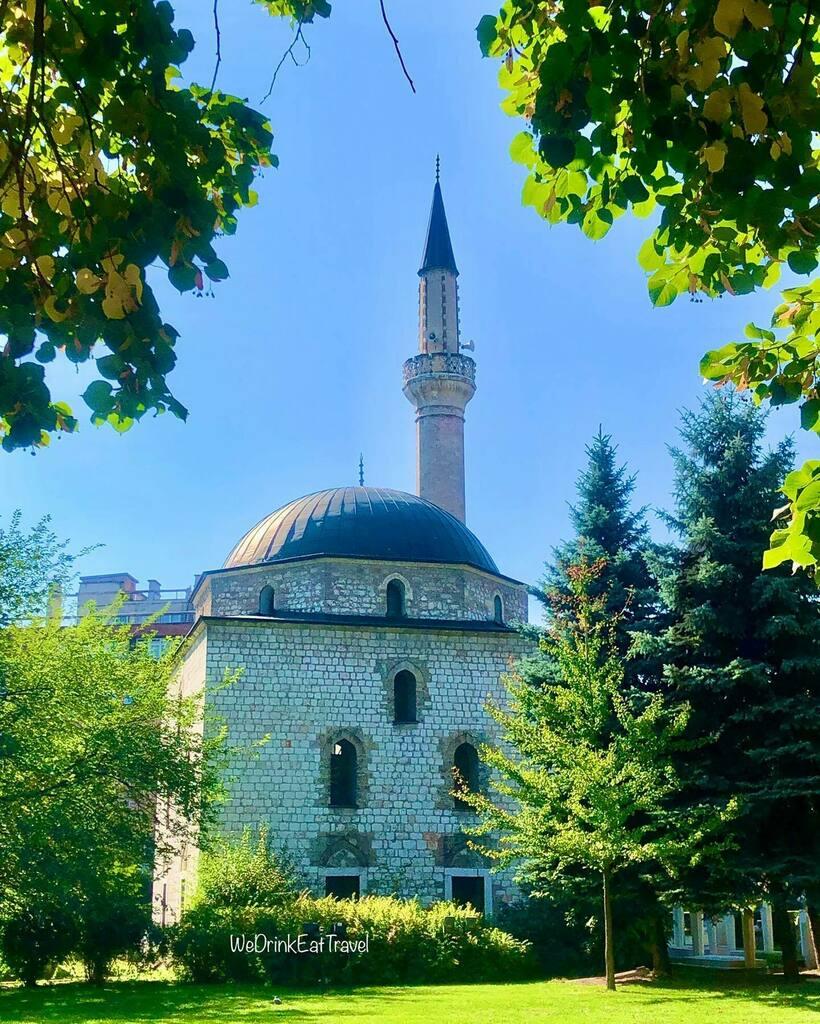 The Ali Pasha's Mosque built in 1561 in Sarajevo, Bosnia and Herzegovina 🇧🇦🕌🙏 . . . . . . . . . . . . . #travel #instatravel #vacation #instavibes #sunsout #travelbug #doyoutravel #solotravel #wanderlust #travelgram #instafood #food #foodie #goodeats…