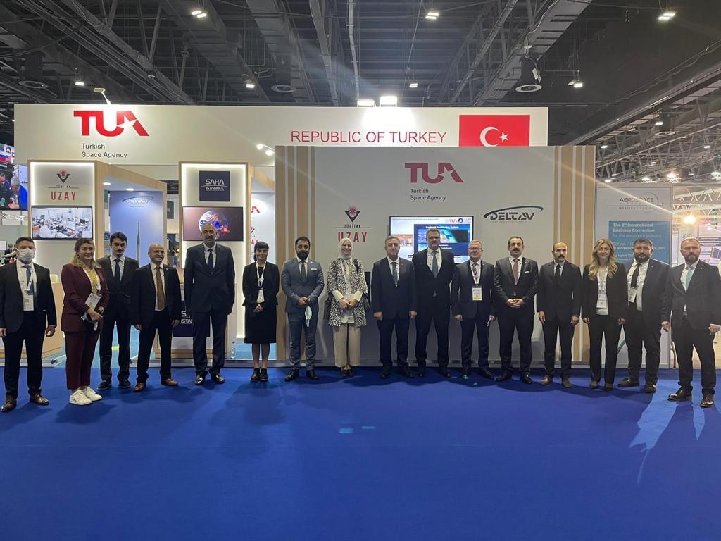BAE Büyükelçimiz Sn. Tugay Tunçer, Ankara Mv. Sn. Zeynep Yıldız, Dubai başkonsolosumuz Sn. İlker Kılıç ve delegasyondaki arkadaşlarımızla IAC2021 standımızın önünde...