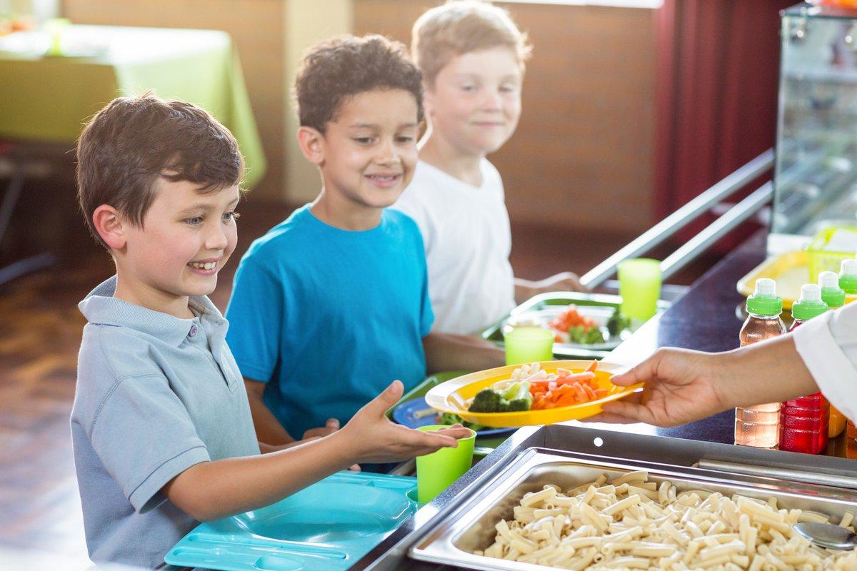 """Plus de 1200 enfants sont concernés par le défi """"Vide ton assiette"""", un #challenge à destination des restaurants scolaires, avec pour objectif de #gaspiller le moins possible sur le repas Le 15 octobre, 20 restaurants scolaires dont 2 collèges ont participé à ce défi ♂️ https://t.co/5Q55PfjPso"""