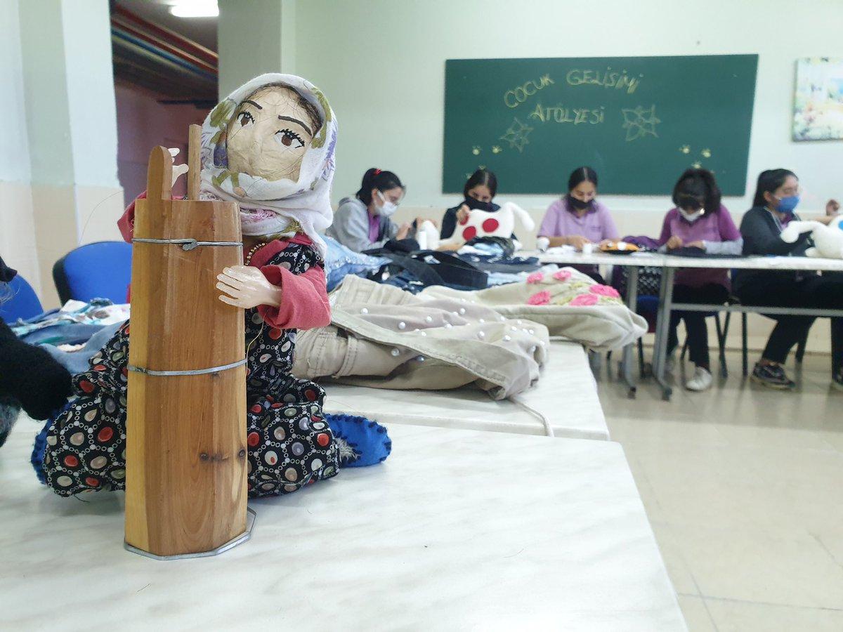 """Atık Kumaşlar; Oyuncaklara, Kostümlere ve Süs Eşyalarına Dönüşüyor  Osmaniye'de liseli öğrenciler; """"Paylaşmak Mutluluktur Projesi""""yle süs eşyası, oyuncak, çanta, kostüm gibi eşyalar üreterek kardeş köy okullarındaki öğrencilere hediye ediyorlar.   Haber 👉🏻 meb.ai/eCphZ6"""