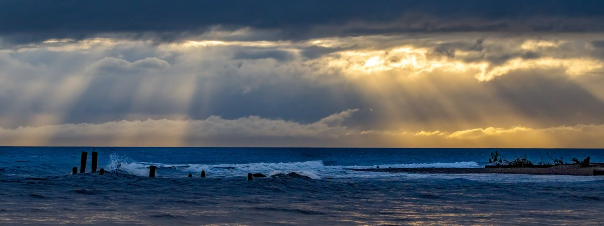 Sun shined through for a brief moment during storm on Sunshine Coast BC Canada 🇨🇦 #bombcyclone #bcstorm #sunshinecoastbc #PHOTO courtesy Almayde Images.