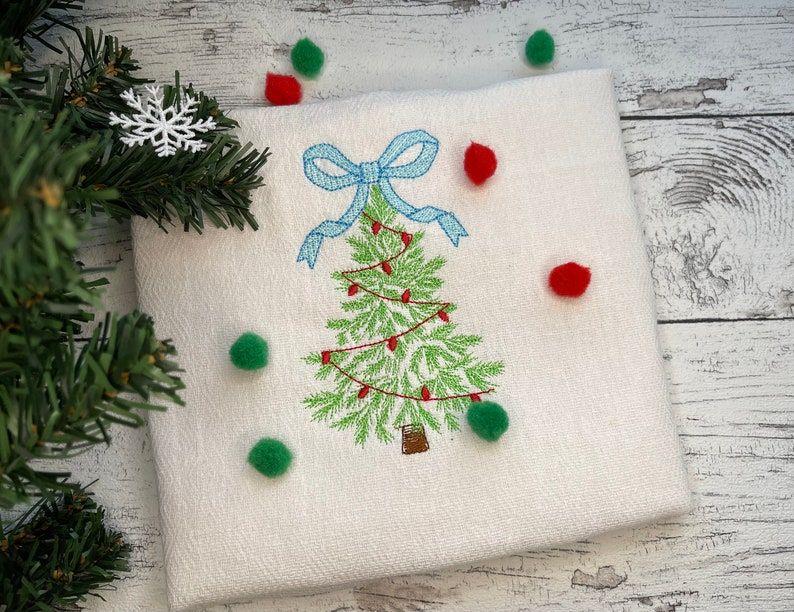 Bow Christmas Tree   #machineembroiderydesign #machineembroidery #embroidery #embroiderydesign #machinebroderie #bordado #stickdatei #Christmas #ChristmasTree #ChristmasLights #garland #sprice #fir #bow #baby #winter #holidays #etsyfinda #etsysale #artapli