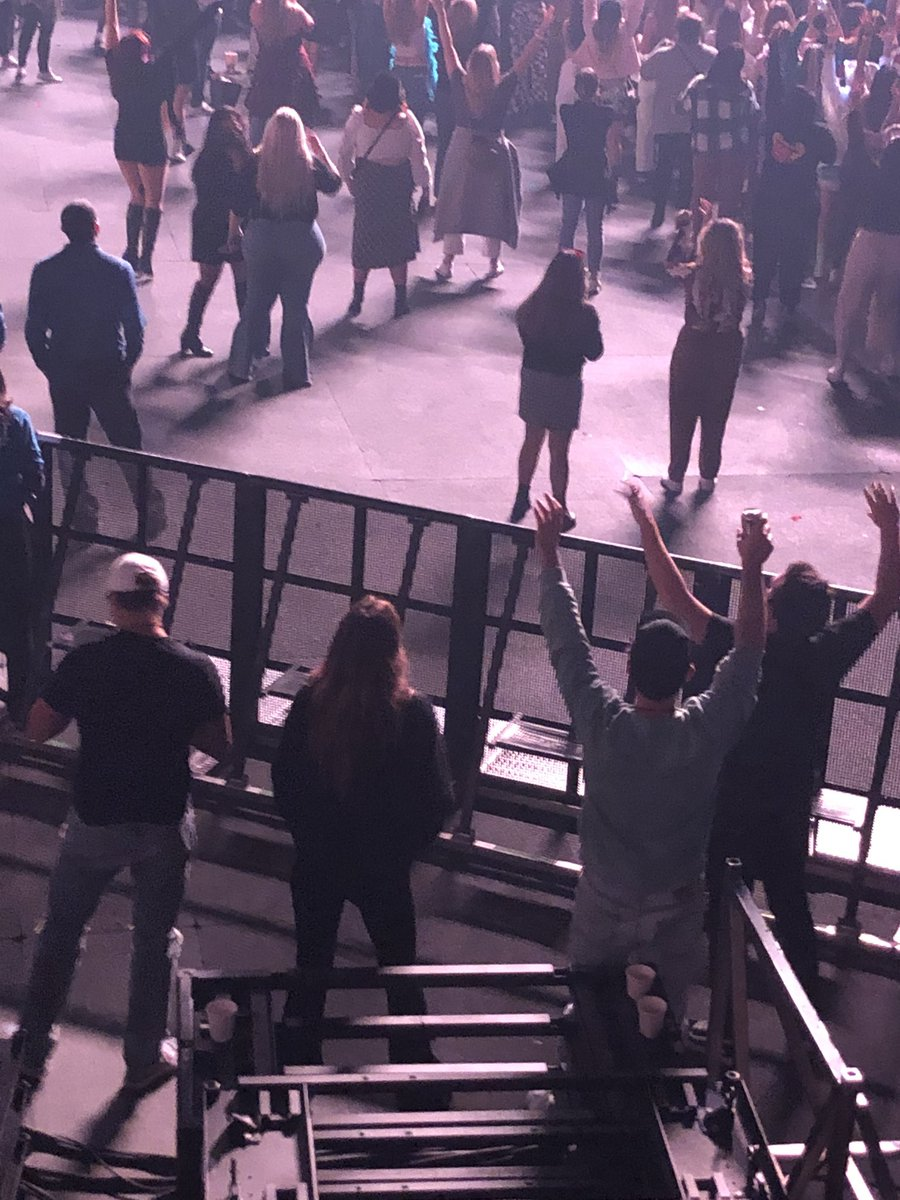 RT @picsowilde: Olivia Wilde at Harry's show in Boston - October 25. https://t.co/3DrY5p9oZo