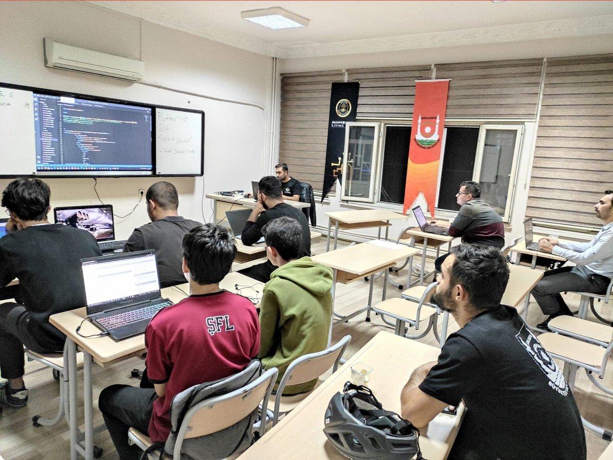 Bilgi ve teknoloji çağının genç bireyleri Mezopotamya Living Lab'de.  Günümüz teknolojisi ve dijital çağın daha da ön plana çıkardığı Web Tasarımı ve Web Yazılımı eğitimlerimiz tüm hızıyla devam ediyor🖥️  mezopotamyall.com