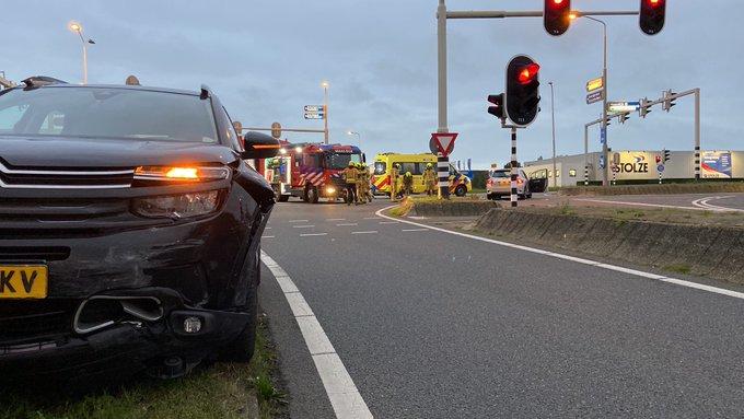 Ongeluk aan de Coldenhovelaan Maasdijk. Twee personen worden nagekeken in ambulances. https://t.co/8n0sZ1O1vL