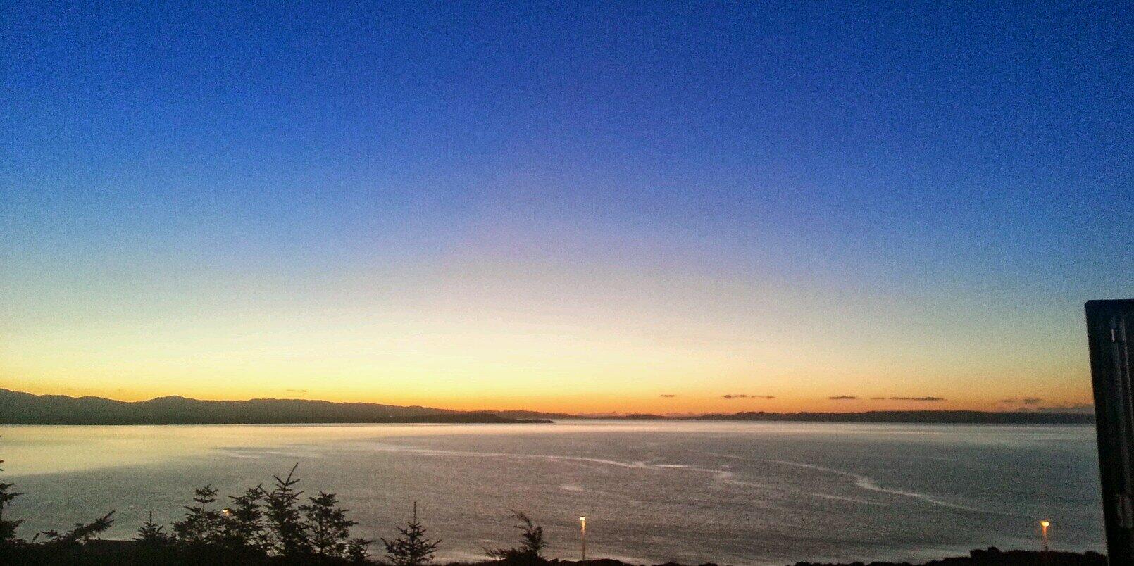 Full Moon Rising over the Forth @ Granton Harbour Breakwater instagram.com/p/CII9gH3jfMMn…