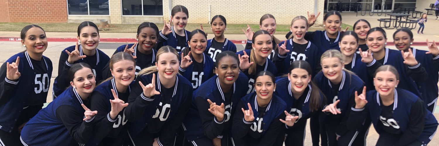 Highlighters perform a football themed hip hop routine at the Bulldogs playoff pep rally on 11.13.20 ✨💙💛 https://t.co/wC4THbBIdv