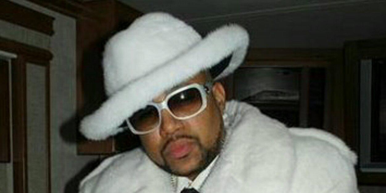 Can he dress? He still might be telling the truth, chicks will drop it off to a fly Nigga twitter.com/waytooblunt/st…