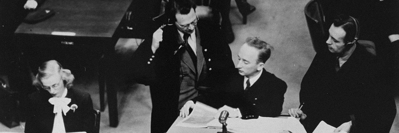 Ce moment étrange où tu appuies pour tabonner au compte @Twitter de @BenFerencz, 99 ans et dernier procureur en vie du procès de #Nuremberg. Un homme encore capable de donner une telle interview. Incroyable et émouvant. A lire. #histoire #nazisme twitter.com/SuzanneSchot/s…