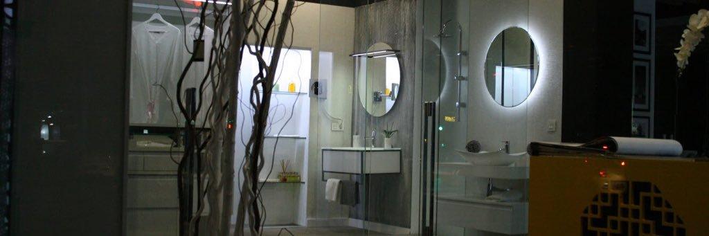 Puerta progresiva, para optimizar la zona de paso. En vidrio laminado extraclaro blanco. instagram.com/p/Bei4YhnAFUc/