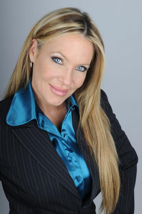 Beute Cindy Carson leidet an brutaler DP mit drei Hengsten