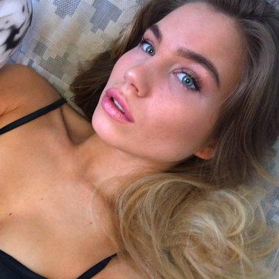 linda hamilton tits
