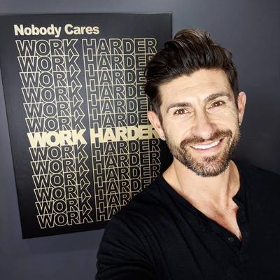 Photo de Aaron Marino avec un hauteur de 170 cm et à l'age de 45 en 2021