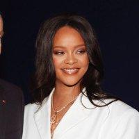 Rihanna (@rihanna )