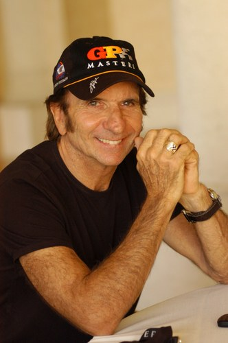 Emmerson Fittipaldi with a weight of 70 kg and a feet size of 9 in favorite outfit & clothing style